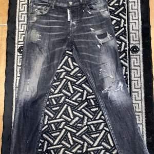 -gråa äkta dsquared jeans köpta på Farfetch.com, org pris: 4869kr men köptes för 3895kr. Det finns ett litet hål under till men det är inget synligt och det går bra att sy ihopa det.