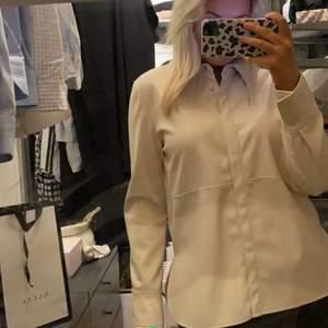 Säljer denna jätte snygga skin skjortan man kan ha som jacka till våren🌸 jätte trendig