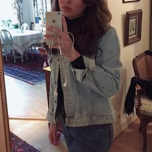 Vintage jeansjacka köpt på beyond retro, säljer pga för liten! Solblekt ljusblå, rätt kort i midjan och nice fit! Uppskattar storleken till 32-34 eller XS / S 🥰