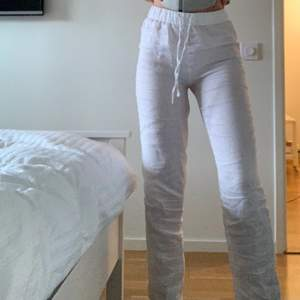 Säljer dessa skitsnygga vita linnebyxor från hm som är helt slutsålda. Jag är 170 och är långa på mig. Aldrig använda💕💕 köparen står för frakt   HÖGSTA BUDET ÄR : 350kr💕