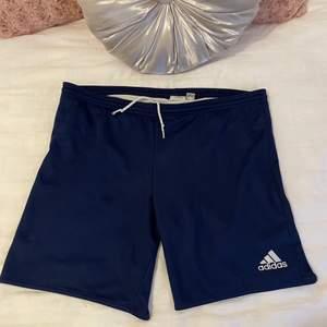 Korta adidas shorts passar S/M