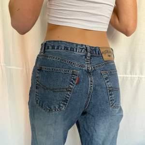Föste jeans med snygg detalj vid benen. Lite oversized så är lowaosted om man vill.