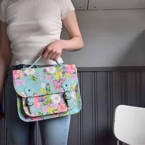 Färgglad väska med blommor i superfina pastellfärger från Claire's🌸Fint skick! Ingår längre axelrem för att bära crossbody om man vill(kommer med i väskan-bild3). Frakt tillkommer på 60:-💌