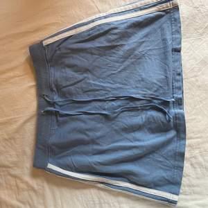 superfin ljusblå tenniskjol i mjukismaterial köpt på beyond retro. har inbyggda shorts oxå som inte syns när kjolen är på👍🏼 står M men passar XS/S bäst:) (skriv privat för frågor)