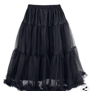 Fett cool goth kjol som endast är använt 2 gånger så typ ny:) köpte för 500 och säljer för 200+frakt. Passformen är på bild två❣️