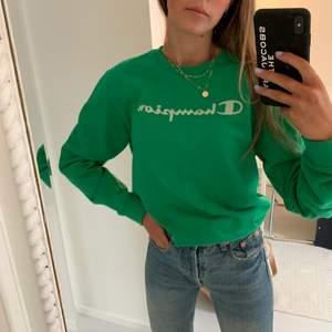 Grön champion sweatshirt i strl xs/s. Jätteskön lite tunnare sweatshirt med tryck över bröstet. Den är köpt på barn avdelning i strl 170. Så den passar absolut någon som är xs/s (som jag är). BUDET LIGGER JUST NU PÅ 270kr
