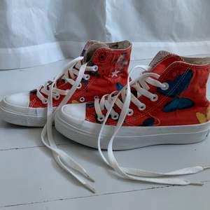 Fina unika ConverseX(product)Red. Fina detaljer som fjärilar utanpå och innuti samt liten platå. Strl 4/36,5