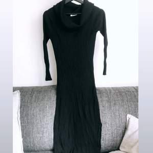 En svart lite tjockare stretch material på långklänning med polokrage. Minns inte vart jag köpt den och tror storleken är small/medium. Den går nedan för knäna på mig och jag är 164🌸