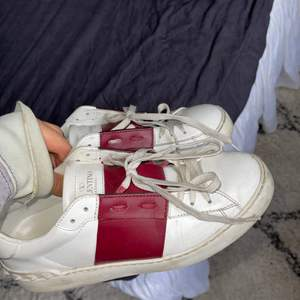 Intressekoll på mina Valentino Sneakers! Inga skambud! ❤️ (tvättas och rengörs innan affär. Dustbag och original box medkommer) Direkt köp 3000kr Nuvarande Bud: 2950