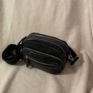 Jätte fin handväska från Carin Wester, mycket rymlig men ser int klumpig och stor ut👛banden går att justera