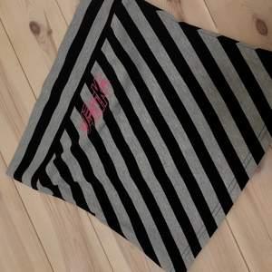 Kort randig/glittrig kjol från bikbok. Köpt begagnad men aldrig använd av mig då den inte satt som jag ville💕