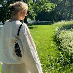 Skitsnygg weekday tröja perfekt till sommarkvällar. (Tyvärr för stor på mig) bilden är lånad av tjejen jag köpte av💖