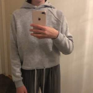 En varmare grå hoodie med storlek xxs som är köpt från new yorker. Använd Max 3 gånger och säljer eftersom att jag inte tycker om snörena längst midjan. KÖPARE STÅR FÖR FRAKT