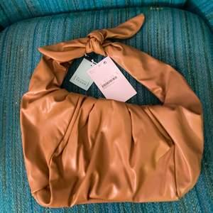Oanvänd väska köpt för 300kr, superfin ljus brun färg