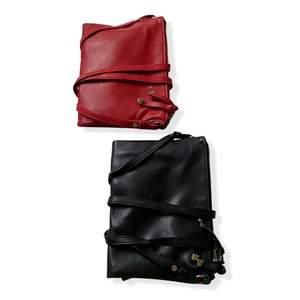 En röd och en svart väska i samma modell. Liten skada på den svarta väskan (se bild 2). 60kr styck eller båda för 100kr!