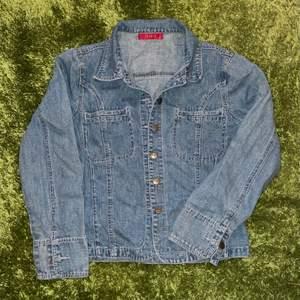 min mammas gamla jeansskjorta från 90-talet, dvs vintage. därav även vintage skick, använd men fint skick. frakt tillkommer<33