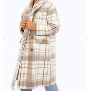 Säljer denna superfina kappan från Chiquelle köptes i vinter och använd Max 3 gånger. Köpt för 799kr men säljer för 500kr ( lånade bilder från en superfin tjej ) Englafelicia på instagram🧡 500kr inklusive frakt