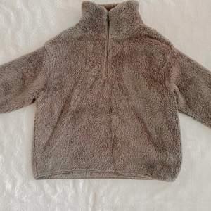 En grå teddytröja med dragkedja från HM. Den är i storlek XS men passar även S. Köpt i vintras och använd en gång. Nypris var 200kr och jag säljer för 150kr (inkl frakt!!)✌🏼