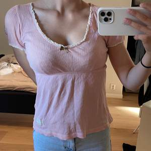 Gullig rosa t-shirt från odd Molly. Använd några gånger. Tröjan är i ett bra skick. Storlek 0, motsvarar XS/S. Skriv om du har några frågor eller vill ha fler bilder💘 Köparen står för frakten!