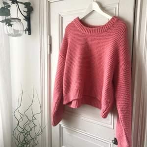 Sån sjukt GOSIG tröja i rosa tjockt stickat material. Köpt på Bik Bok. Snyggt med oversize! 💕
