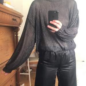 Så snygg glittrig, silvrig tröja från Zara. Aldrig använts, nyskick, köptes för två år sedan för ca 399kr. Storlek L. Blir en snygg overseized om du är s/m som jag. 120kr inkl frakt