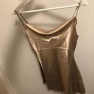 Fin siden klänning från Shein storlek XS, endast provad! Orginal påse finns, säljer så den var för liten. Färgen är lite Champangefrägade med lite mörkare ton