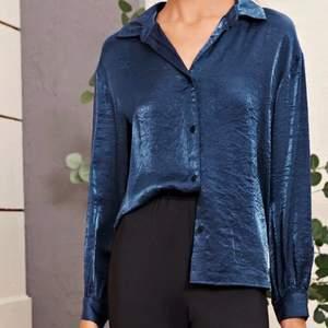 Satin marinblå skjorta för 150 kr🤩 HELT OANVÄNT