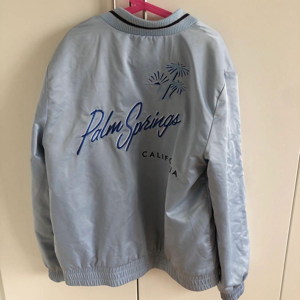 En jättefin ljusblå bomber/ baseballjacka från zara med print på baksidan!! Är helt oanvänd och ny:)storlek 164:). Jackor.