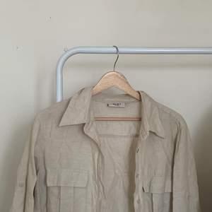 Beige linneskjorta! Storlek 42 men jag som vanligtvis har XS/S använder den som lite oversize.
