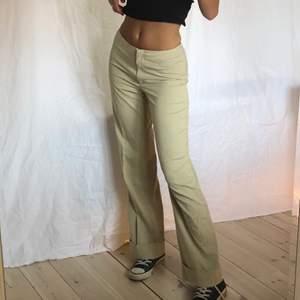 Fina beiga low/mid rise kostymbyxor, jag är 174🤎 skriv för mer info!