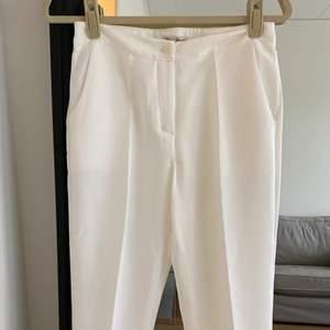 Vita kostymbyxor med en jätte fin passform. Byxorna är i ett nytt skicka då jag aldrig använt de.