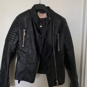 Köpte denna jacka för nästan ett år sedan och haft på mig den Max 2 gånger sen har den bara legat i garderoben, den är i storlek 40,, pris kan diskuteras!
