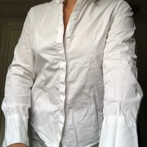 Vit skjorta från NEW LOOK, strl.34. Knappen högst upp är silvrig, resten vita