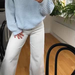 Säljer dessa ljusgråa byxor från zara. Jag är 165 cm och byxorna är i storlek 34. Inga fickor på rumpan och skärpet (bild 3) tillhör byxorna (går att ta av!). Byxorna är i bra skick:))