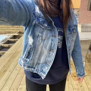En jeansjacka med slitningar från Zara! Den är normal i storlek, men är själv en S och föredrar oversized, vilket den är i minsta laget för (på mig).