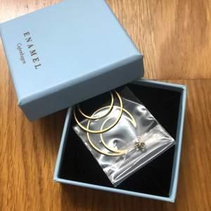 Helt oanvända, superfina, guldiga örhängen från Enamel Copenhagen. Originalpris 750kr!