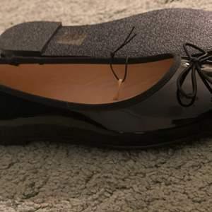 Nya glansiga ballerina skor