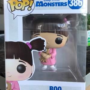 """Funko pop """"boo"""" från disney pixars monsters inc. Kartongen finns kvar än om något skadad vid stängningen. Några små märken i hennes ansikte som inte alls syns när man har den i lådan och bara om man tittar väldigt nära. Fraktas med spårbar frakt!☺️"""