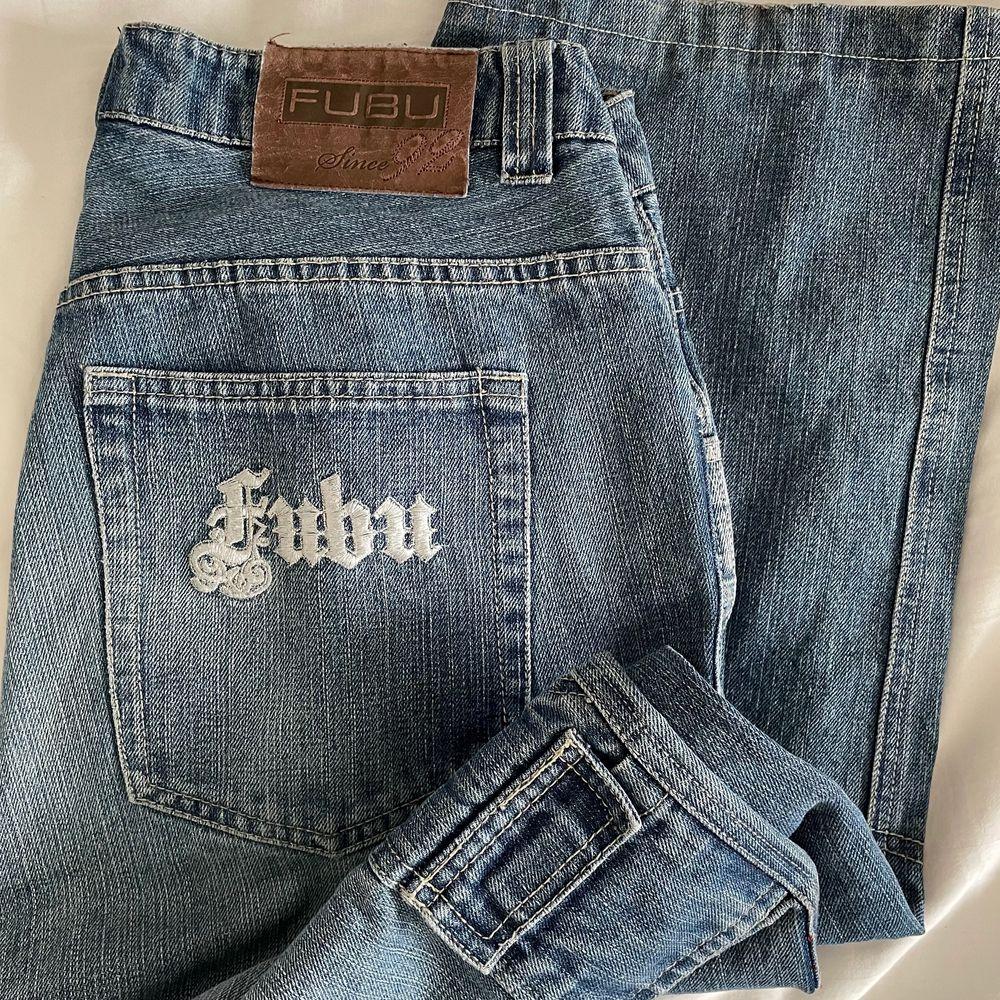 KÖP DIREKT 500kr+FRAKT. BUDGIVNING på dessa stensnygga Fubu cargopants från 90-talet. Storlek w32 och förstora på mig med w25 (knutit upp dem på bilderna). Dem har ett hål (skriv för bild) annars i bra skick. Frakt tillkommer. Jeans & Byxor.
