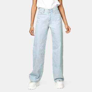 Ett par jättesnygga ljusblå jeans från Junkyard i perfelt skick, i strl 27!💖 Tyvärr har dessa blivit för små för mig och säljer därför dem. Själv är jag 176 cm lång och de sitter perfekt på mig i längden. Orginalpris är 499kr från Junkyard!💖✨ Kunden står för frakten.