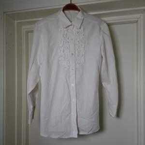 Klassisk vit skjorta med krås. Ingen storleksmärkning men är som en M🍀