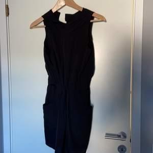 Säljer en svart klänning för 100kr ink frakt använda 1 gång