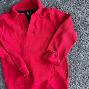Fin röd tjockare tröja köpt secondhand.  köpare betalar frakt.
