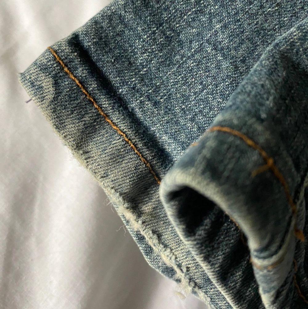 Miss Sixty jeans i bra skick! Jeansen har lite stretch. Står ingen storlek men skulle säga XS, kolla på måtten för att får exakt bild av hur dom är i storlek. Spårbar frakt på 66kr är inräknad i priset.. Jeans & Byxor.