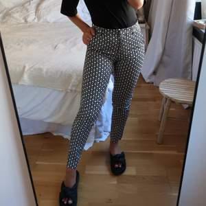 Mönstrade byxor från H&M. Använda ett fåtal gånger så i fint skick. Storlek 32