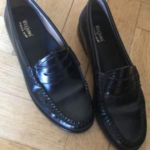 Ett par väldigt söta och classy loafers från Weejuns som jag säljer då dom inte används tillräckligt. Lite slitning på undersidan, men det är inget som märks av alls och förutom det är dom i perfekt skick. Passar storlek 37