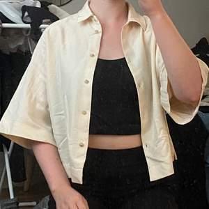 Snygg creme/ljusbeige somrig skjorta från Mango! Bra skick