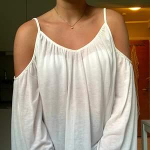 Jättefin luftig blus från Gina tricot i storlek XS, men passar även S/mindre M. Är i jättefint stick och är i såå skönt material! Köparen står för frakt