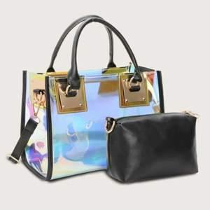 Jätte fin väska, med en liten extra svart väska i. Får att ta ut o använda som en liten väska genom att sätta bandet på den. Skriv för mer bilder! Aldrig använd