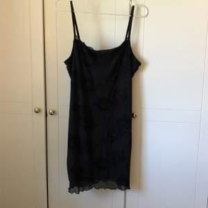 Superfin svart miniklänning i mesh, med detaljer i velour. Storlek L men lite liten i storleken så skulle säga att den passar mer S-M. Endast använd en gång. Köparen står för frakten.